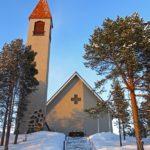 Construite sur un petit monticule, l'église évangélique luthérienne d'Enontekiö (en finnois: Enontekiön kirkko) est visible de loin.