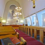 A l'intérieur de l'église évangélique luthérienne d'Enontekiö, on trouve un retable représentant « Jésus bénissant le peuple de Laponie ».