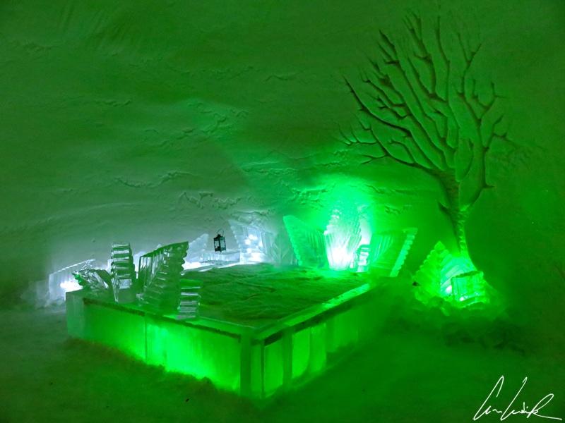 L'hôtel de glace d'Enontekiö est composé de plusieurs pièces à l'éclairage coloré. La chambre est éclairée en vert.