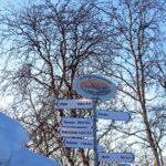 Le village de Kilpisjärvi et son panneau touristique qui indiquent les distances… Olso 1660 km, Helsinki 1199 km.