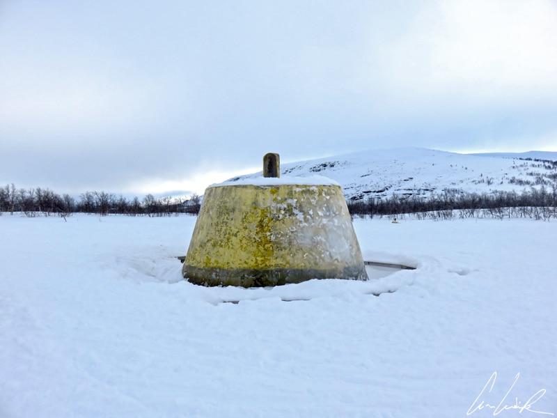 Le cairn des trois royaumes, ce dôme de béton peint en jaune, est le monument symbolisant l'intersection des frontières des trois pays nordiques.