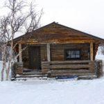 Une cabane rudimentaire en rondins de bois appelée « autiotupa », où tout randonneur peut faire étape gratuitement en Laponie finlandaise.