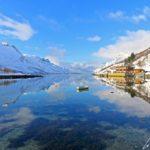 L'Ersfjord est une perle cachée de la Norvège. Le fjord est encerclé par de hautes montagnes qui plongent dans l'eau. On est hypnotisé par le reflet dans l'eau…