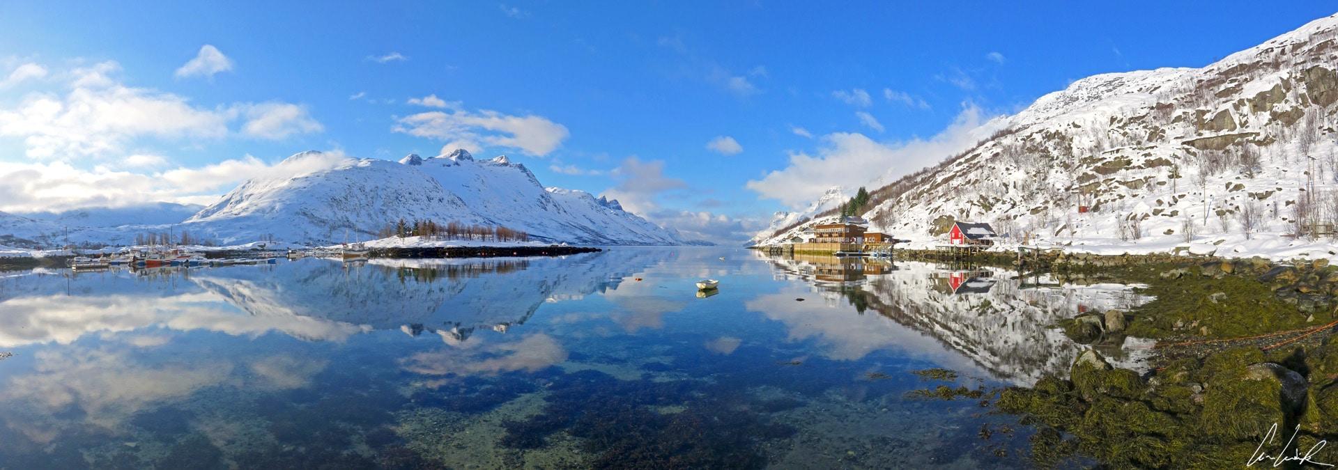 Une vue panoramique du paysage époustouflant de l'Ersfjord en Norvège. L'effet miroir sur l'eau est incroyable.