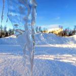 Les glaçons aux formes étranges pendent du toit… Celui-ci ressemble à une pointe de lance prête à transpercer le manteau neigeux.