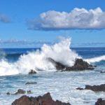 Sur l'île de Pâques on se laisser bercer par le mouvements lancinants des vagues qui battent les flancs d'une côte déchiquetée