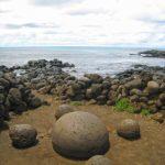 """Sur l'île de Pâques, à proximité de L'ahu Te Pito Kura se trouve une pierre aux formes arrondies nommée """"Te Pito o te Henua"""": le nombril du monde"""