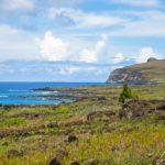 Sur l'île de Pâques, la végétation est principalement constituée d'étendues herbeuses couvrant un vaste réseau de cavités souterraines