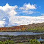 A l'Est de l'île de Pâques se dresse le Rano Raraku. C'est sur les flancs de ce volcan qu'étaient extraits les blocs de pierre pour sculpter les Moaï