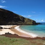 Le long de ce littoral austère, quelques baies et plages de sable viennent interrompre cette monotonie comme à Ovahe où l'on trouve une belle crique