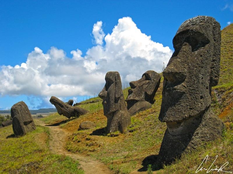 Sur l'île de Pâques, les Moaï étrangement positionnés sur les flancs du volcan Rano Raraku ont été déposés intentionnellement dans des fosses