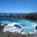 Sur l'île de Pâques, La grotte Ana Kai Tangata, dont l'entrée est située au niveau de la mer contient des vestiges du culte de l'homme-oiseau