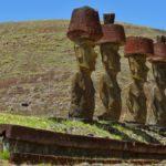 Sur la plage d'Anakena se trouvent l'Ahu Nau Nau et ses 5 Moïa à Pukao. Le Pukao ou chignon est un gigantesque chapeau de scorie volcanique rouge