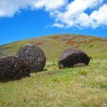 La carrière de Pukao, Puna Pau, se situe non loin d'Hanga Roa et conserve encore plusieurs des coiffes gigantesques dont les Rapa Nui ornaient les statues
