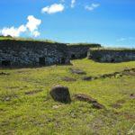 Dans le village d'Orongo, au sud-ouest de l'île de Pâques, on trouve des maisons construites à l'aide de fines dalles de pierres superposées