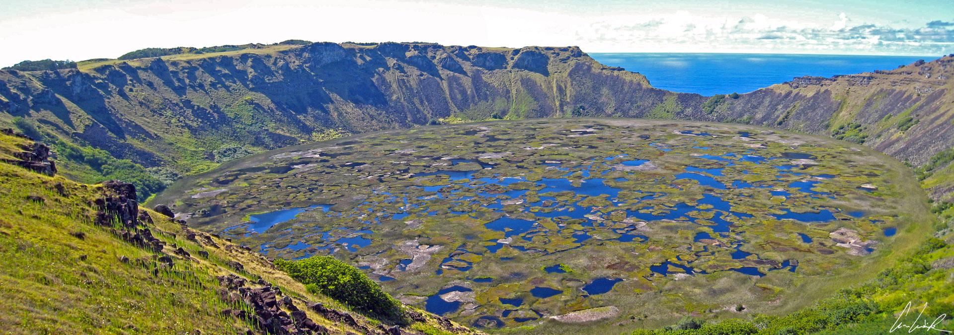 Sur l'île de Pâques, le magnifique volcan Rano Kau de 1500 m d'envergure et situé à 275 m au-dessus du niveau de la mer, abrite un lac profond