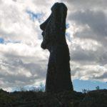 Sur l'île de Pâques, à seulement quelques pas de l'océan tumultueux se dressent des statues irréelles qui semblent avoir surgi de l'océan pour se figer sur l'île