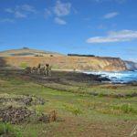 Sur l'île de Pâques, L'Ahu Tongariki est l'alignement le plus important de l'île, composé de quinze statues imposantes tournant le dos à l'océan Pacifique