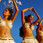 Sur l'île de Pâques, pendant toute la durée du festival Tapati Rapa Nui, des concours de danses et de costumes folkloriques ont lieu, notés par un jury