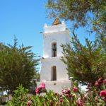 Le clocher, séparé de l'église de San Lucas, représenterait Dieu le Père, protègeant l'église. Sa porte est en bois de cactus et cuir de lama