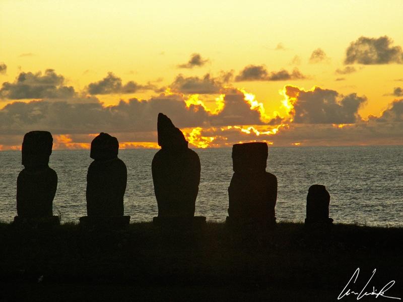 Le coucher de soleil sur l'Ahu Vai Uri avec ses cinq Moaï alignés tournant le dos à l'immensité de l'océan Pacifique est tout simplement magique