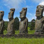 Sur le site de l'Ahu Akivi, les sept Moaï alignés représenteraient les sept éclaireurs venus autrefois chercher de nouvelles terres.