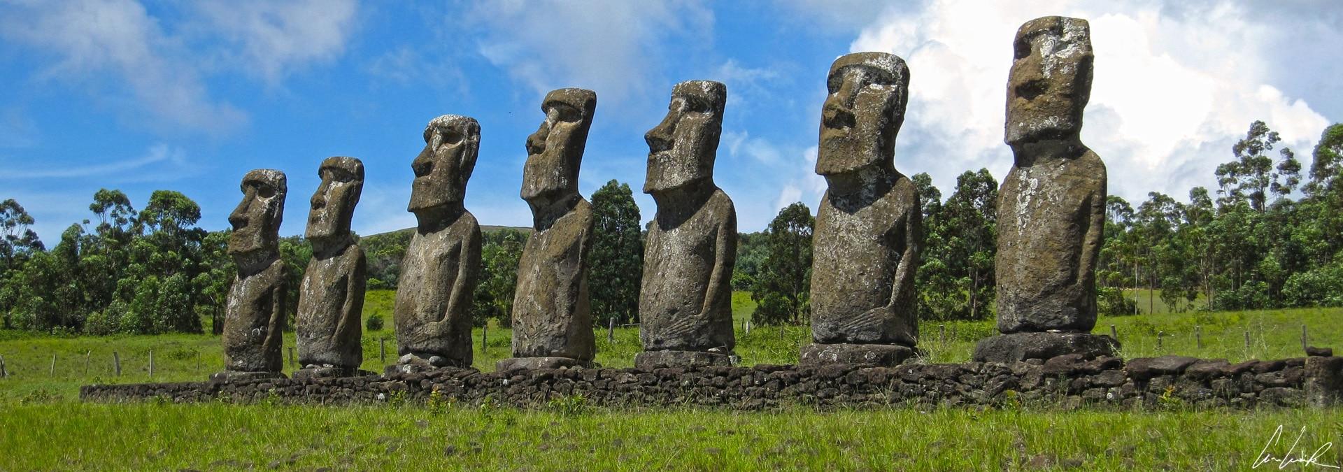 Sur l'île de Pâques, l'Ahu Akivi, avec ses sept Moaï, rompt avec la tradition. Cet Ahu est construit dans les terres et ses Moaï regardent vers l'océan