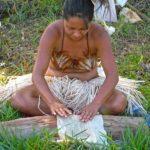 Au Festival Tapati Rapa Nui, l'épreuve nommée Titingi Mahute consiste à travailler la mahute avec laquelle les costumes sont confectionnés