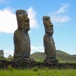 Les sept Moaï alignés de l'Ahu Akivi ont le regard rivé sur l'océan symboliquement en direction de leur île polynésienne natale