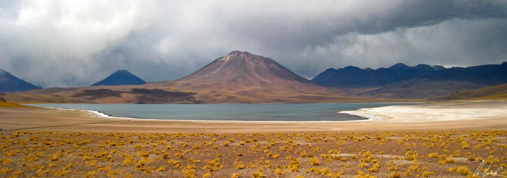Sur l'altiplano chilien le volcan Miñiques, surplombe les lagunes Miñiques et Miscanti du haut de ses 5910 mètres