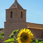 Le petit village de Socaire, dont l'église en pierre possède un joli toit de chaume, est le seul village à des kilomètres à la ronde
