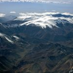 """""""El Norte Grande"""" au Chili s'étend de la frontière péruvienne jusqu'au Rio Loa. Longtemps l'avion survole les cimes enneigées des volcans andins"""