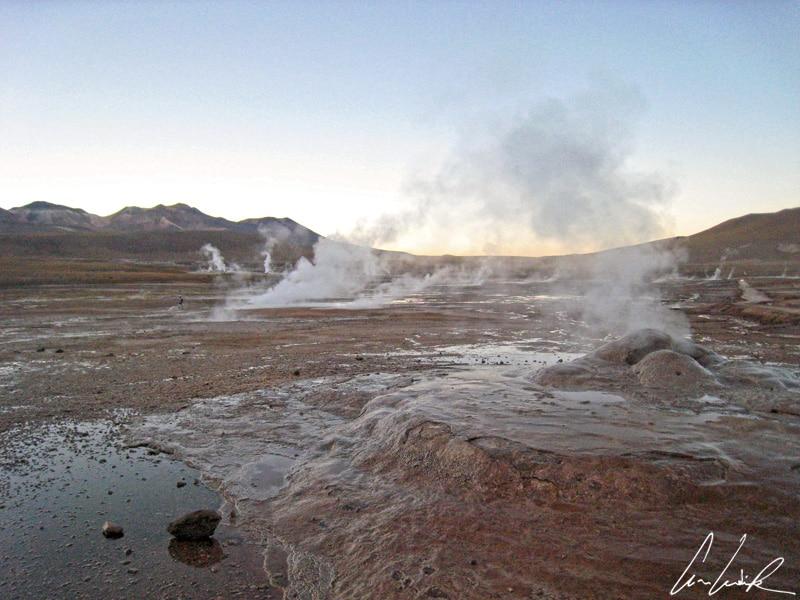 Plusieurs dizaines de fumerolles et de solfatares, plus d'une centaine de sources chaudes recouvrent la zone géothermale de El Tatio