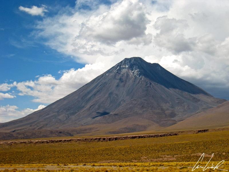 Le village de San Pedro de Atacama est dominé par les volcans de la cordillère des Andes, le plus proche étant le majestueux volcan Licancabur
