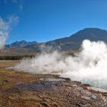El Tatio – Sur les terrasses de geysérite des vapeurs s'échappent encore des mares d'eaux chaudes. Ici le ciel est plus pur, d'un bleu profond