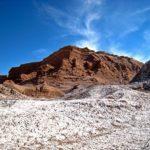 Dans la Vallée de la Lune, le sel qui semble saupoudré sur l'ensemble du paysage, évoque une fine pellicule de neige délicatement posée sur le sol aride