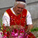 Les vendeuses de fleurs du marché des Laboureurs en costume traditionnel rouge avec leur drôle de chapeau