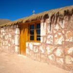 Village de Machuca - Une douzaine de maisons s'étirent au creux d'un vallon. Les toits des maisons sont en paille et les mûrs en adobe