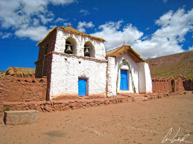 L'église de Machuca avec son toit en chaume et son enclos réalisé en adobe, ressemble à une maison de poupée tant elle semble de guingois