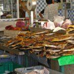Madère, marché des Laboureurs - Le marché aux poissons de Funchal avec son poisson Star: l'espada ou sabre noir.