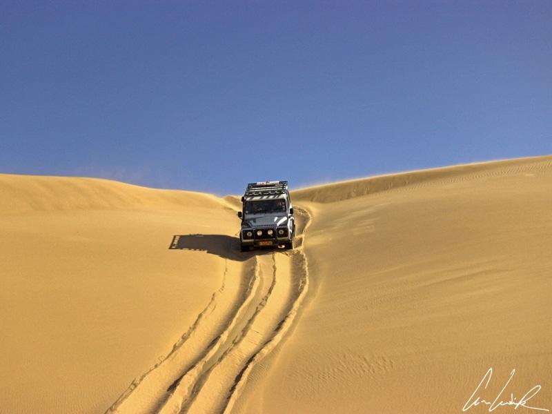 Le 4x4 part à l'assaut des dunes. Il fonce à toute allure sur ces pentes raides: le 4x4 monte puis descend… Surtout descendre dans l'axe de la pente et pas en biais sous peine de déjanter un pneu.