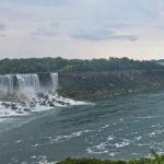 Du côté canadien, on a un magnifique panorama sur trois chutes du Niagara. De gauche à droite: Americans Falls, Bridal Veil Falls et Horseshoe Falls.