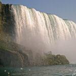 Les American Falls mesurent près de 300 mètres de large et de 20 à 30 mètres de haut jusqu'aux énormes rochers amassés au pied des chutes.