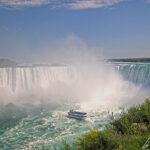 S'engageant dans le fer à cheval, les bateaux du Maid of the Mist s'approchent au plus près des Horseshoe Falls, la plus célèbre des trois chutes du Niagara.