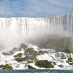Vue de près, la puissance et la beauté des American Falls sont vraiment palpables: le grondement de l'eau, la bruine qui s'échappe et un bel arc-en-ciel.