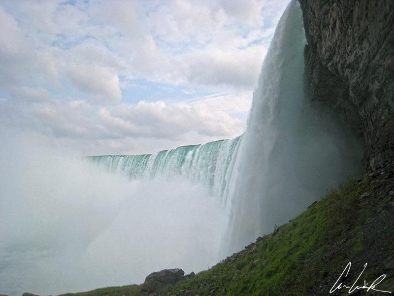 L'attraction Journey behind the Falls vous amènera à quelques mètres des Horseshoe Falls au cœur de rafales de vent, d'éclaboussures d'eau et d'un air glacial.
