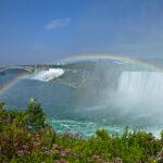 Un délice pour les yeux. Quand les lueurs du soleil se reflètent sur les embruns des chutes du Niagara, les couleurs lumineuses de l'arc-en-ciel apparaissent.