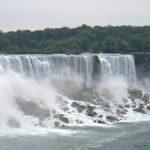 De part et d'autre des Americain Falls et Bridal Veil Falls, on observe sur les passerelles en bois de petites fourmis en ponchos de pluie bleus ou jaunes.
