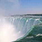 A Element of the Falls, le contraste est saisissant entre le calme de l'eau en amont et la puissance des Horseshoe Falls qui se déversent d'un coup dans un bruit assourdissant.