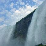 Le fracas des tonnes d'eau déversées par les Bridal Veil Falls et les American Falls sur les rochers est un spectacle impressionnant.